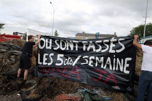 4695908_6_719f_action-d-agriculteurs-devant-un-abattoir-de_ce24f1169c1bad7aedfbde7da01e7473